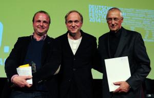 Produzent Josef Aichholzer (r) und Redakteur Wolfgang Feindt (l) nehmen am 14.03.2014 in Wiesbaden (Hessen) für den ZDF-Film «Spuren des Bösen - Zauberberg» den Deutschen Fernsehkrimi-Preis von Schirmherr und Schauspieler Ulrich Tukur entgegen. Die Auszeichnung wurde bei der Abschlussgala des 10. FernsehKrimi-Festivals vergeben und ist mit 1000 Liter Wein dotiert. Bei dem sechstägigen Festival wurden herausragende TV-Krimiproduktionen im Kino gezeigt. Foto: Daniel Reinhardt/dpa +++(c) dpa - Bildfunk+++