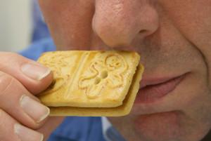 Gerüche wahrnehmen - Mann riecht an einem Keks