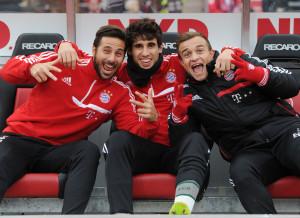 Claudio Pizarro (li.), zusammen mit Javi Martínez (Mi.) und Xherdan Shaqiri, weiß wie man sich stilvoll die Zeit auf der Bank vertreibt.