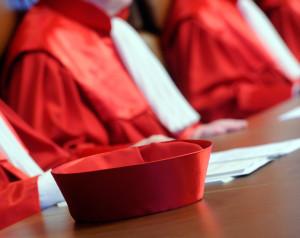 Blick auf die Roben der Richter des Ersten Senats sowie ein Richterbarett beim Bundesverfassungsgericht in Karlsruhe . Foto: Uli Deck/dpa