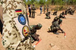 Bundeswehrsoldaten bilden am 07.05.2013 in Koulikoro, in Mali Pioniere der Armee Malis aus. Foto: Maurizio Gambarini/dpa