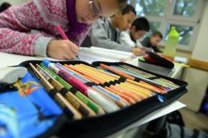 Schüler einer fünften Klasse schreiben am 09.10.2013 im Theodor-Heuss-Gymnasium in Pforzheim (Baden-Württemberg), während einer Unterrichtsstunde. (Foto: Uli Deck/dpa)