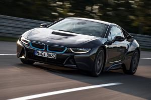 Dieser BMW i8 verfügt laut Hersteller als erstes Fahrzeug weltweit über Laserlicht - es soll bei geringerem Energieverbrauch tausendfach heller als LED-Einheiten sein. (Foto: BMW/dpa)