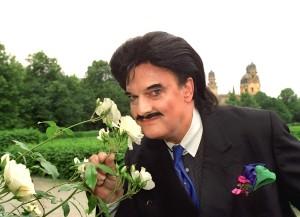 Modezar Rudolph Moshammer riecht am 16.6.1999 im Münchner Hofgarten an blühenden weißen Rosen. Foto: Ursula Düren dpa/lby